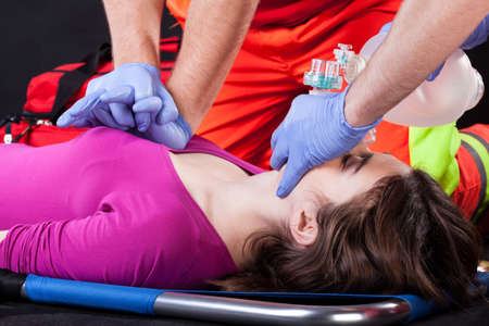 paciente en camilla: Primer plano de un masaje card�aco de la v�ctima de accidente
