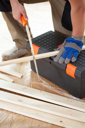 handsaw: Tablas de cortar hombre con una sierra de mano, vertical