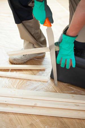 serrucho: Hombre con sierra de mano en la nueva casa