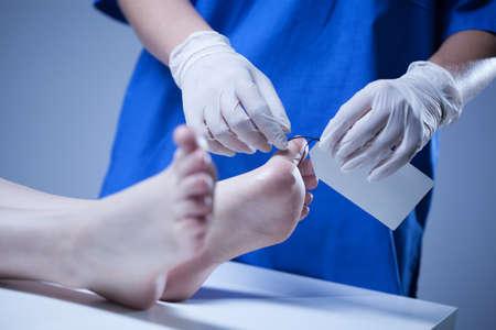 看護師のクローズ アップの死体安置所でのラベリング 写真素材