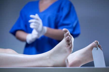 遺体安置所で横たわっている遺体のクローズ アップ 写真素材