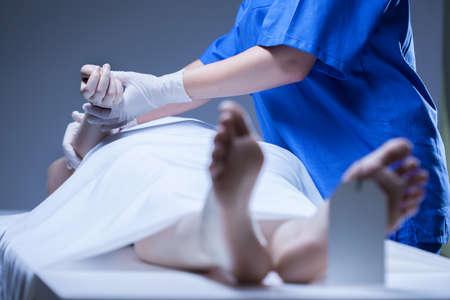 muerte: Trabajador de la morgue el cuerpo tumbado de cad�ver