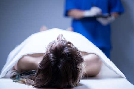 遺体安置所で横になっている女性の遺体のクローズ アップ