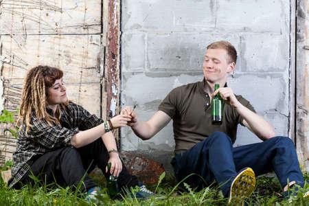 joven fumando: Dos adolescentes compartiendo alcohol conjunta y beber