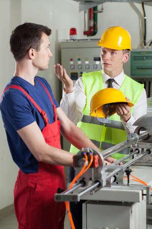 accidente trabajo: Inspector control de la seguridad durante el trabajo en la fábrica, vertical
