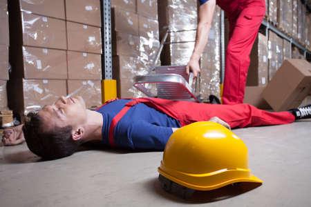 accident de travail: Accident lors de travaux en hauteur dans l'usine Banque d'images
