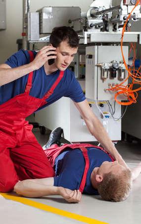 accidente trabajo: Trabajador de la fábrica para pedir ayuda después de accidente durante el trabajo Foto de archivo