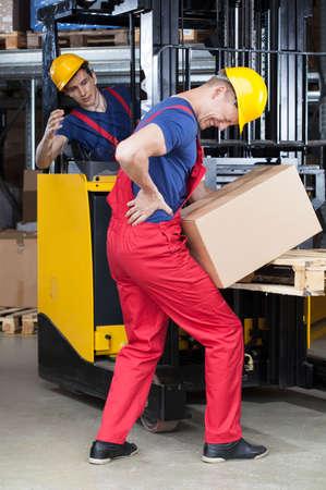 フォーク リフト、垂直を使用しての間に倉庫での事故