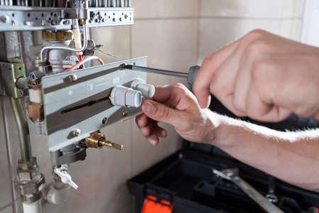 Primer plano de un calentador de agua a gas reparación Foto de archivo