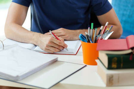 Orizzontale vista di studente durante il fare i compiti