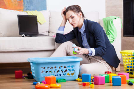 집에 앉아 긴 하루 후 일하는 여성