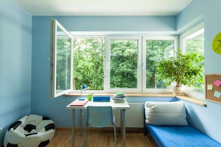 열려있는 창을 가진 아이 방 인테리어 스톡 콘텐츠