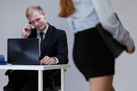 acoso laboral: Trabajador de sexo masculino mirando a la mujer sexy, horizontal