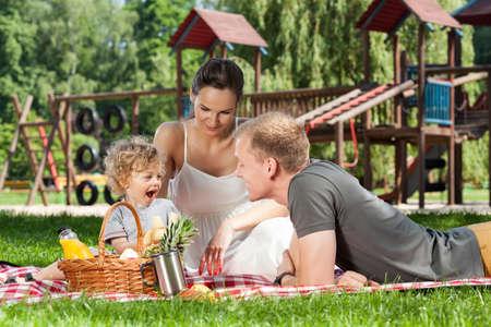 family picnic: Picnic familiar en el patio durante el día soleado Foto de archivo