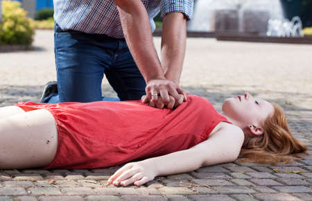 the unconscious: View of first aid on the sidewalk