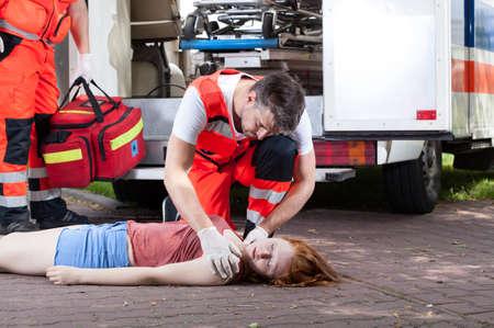 Hulpdiensten die op straat werken, horizontale