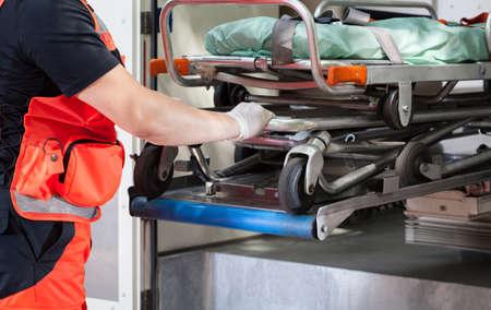 ambulance: vista del paramédico con la camilla