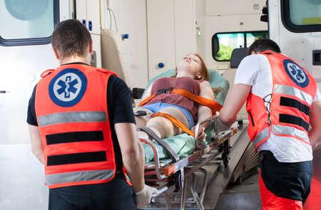 ambulancia: Mujer despu�s del accidente en la ambulancia, horizontal Foto de archivo