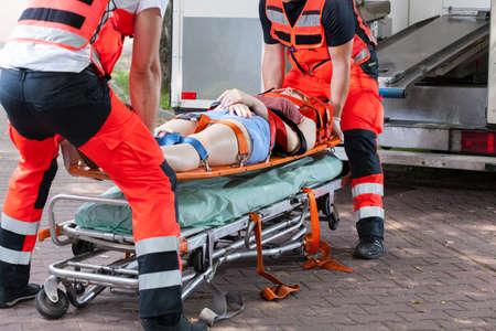 paciente en camilla: Mujer después del accidente en la camilla, horizontal