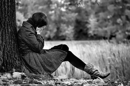 Een beeld van de wanhopige vrouwen in de herfst park Stockfoto
