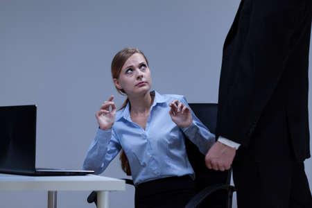 acoso laboral: Mujer tiene miedo de su jefe en la oficina Foto de archivo