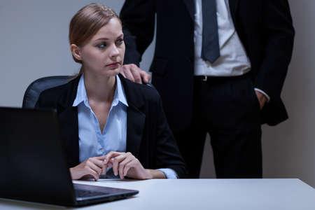 acoso laboral: Vista de la mujer asustada y jefe de s� mismo