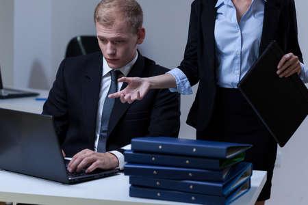 female boss: M�de Mann und seine Chefin, horizontal