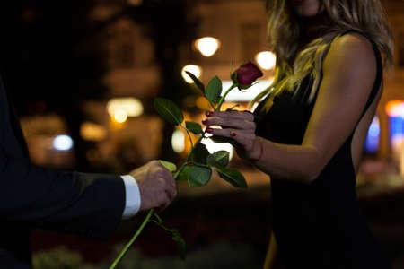 Žena dostat růže na prvním rande Reklamní fotografie