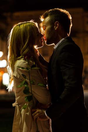 Paar kussen op een datum in de nacht