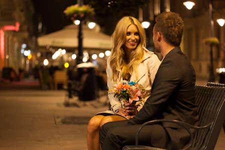 街のベンチに座っているカップル