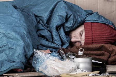 若いホームレスの男は通りでの生活 写真素材