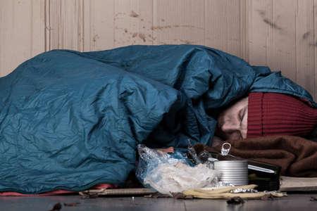 ゴミ箱、水平横で寝ている男
