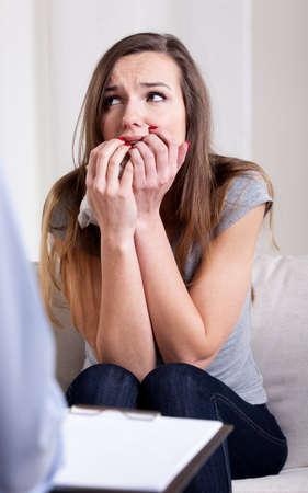 psychiatrique: Desperate jeune femme assise sur la visite psychiatrique