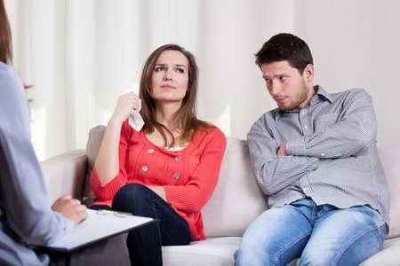 terapia psicologica: Pareja infeliz joven en sesión de terapia matrimonial especial