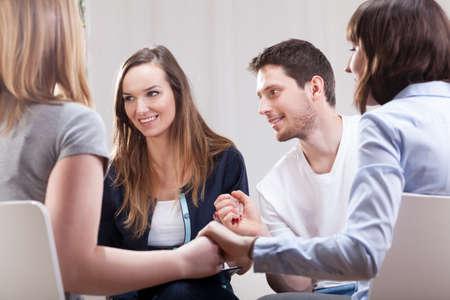 terapia de grupo: La gente joven feliz y satisfecho en la terapia de grupo para adictos