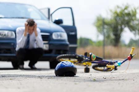 niños en bicicleta: Conductor triste después de la colisión con la bicicleta, horizontal