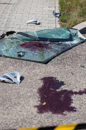 Close-up van een bloed op de straat na auto-ongeluk Stockfoto