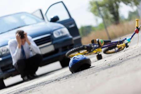 niños en bicicleta: Vista horizontal de un conductor de miedo después de accidente Foto de archivo