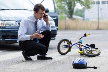 emergencia medica: Joven pide ayuda después de accidente de tráfico Foto de archivo