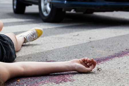 accident dead: Close-up of unconscious woman at accident scene
