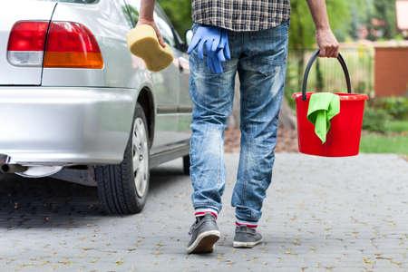 男性洗車ワーカーの水平方向のビュー