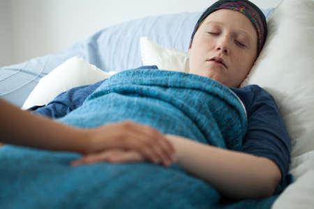 apoyo familiar: Vista horizontal de la mujer que duerme con el cáncer