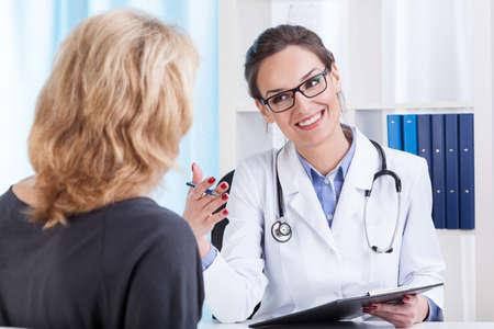 Cita con el médico en el consultorio del doctor de sexo femenino, horizontal Foto de archivo - 31368633