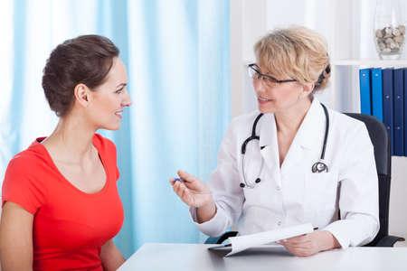 paciente: Vista horizontal de paciente feliz en la oficina del m�dico