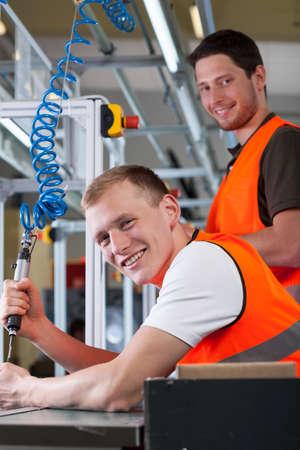 Proceso de montaje controlar Hombre en la línea de producción en la fábrica