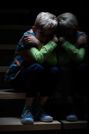 Jongen die bang is van de duisternis, verticale