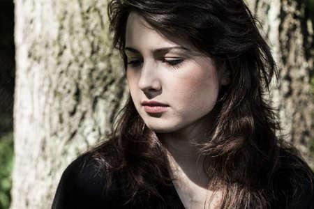 luto: Retrato de joven, mujer triste en negro Foto de archivo