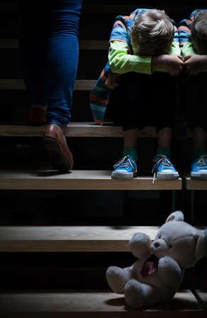 problemas familiares: Boy sintiendo la soledad en la familia, vertical