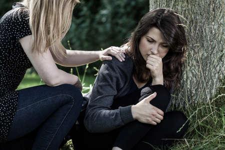 Jeune femme réconforter son deuil ami Banque d'images - 31373622
