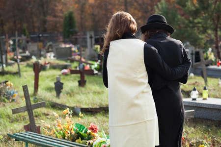남편의 죽음 이후 우울증에 과부 친구에 의해 지원됩니다 스톡 콘텐츠